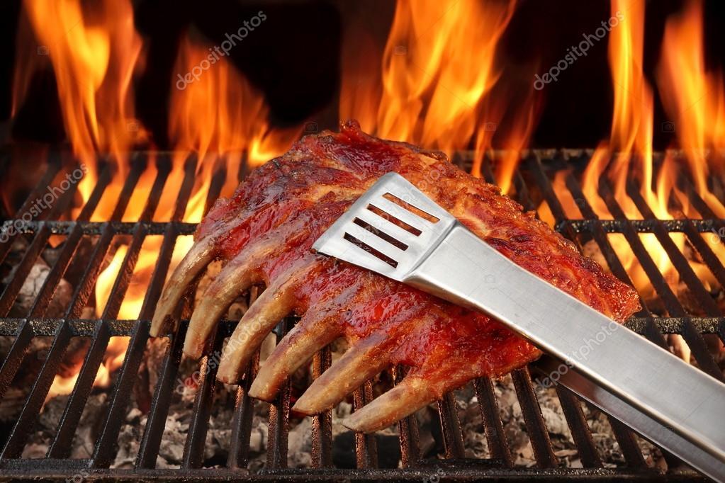 Spare Ribs Grillen Gasgrill : Baby rücken oder spare ribs auf dem flammenden bbq grill