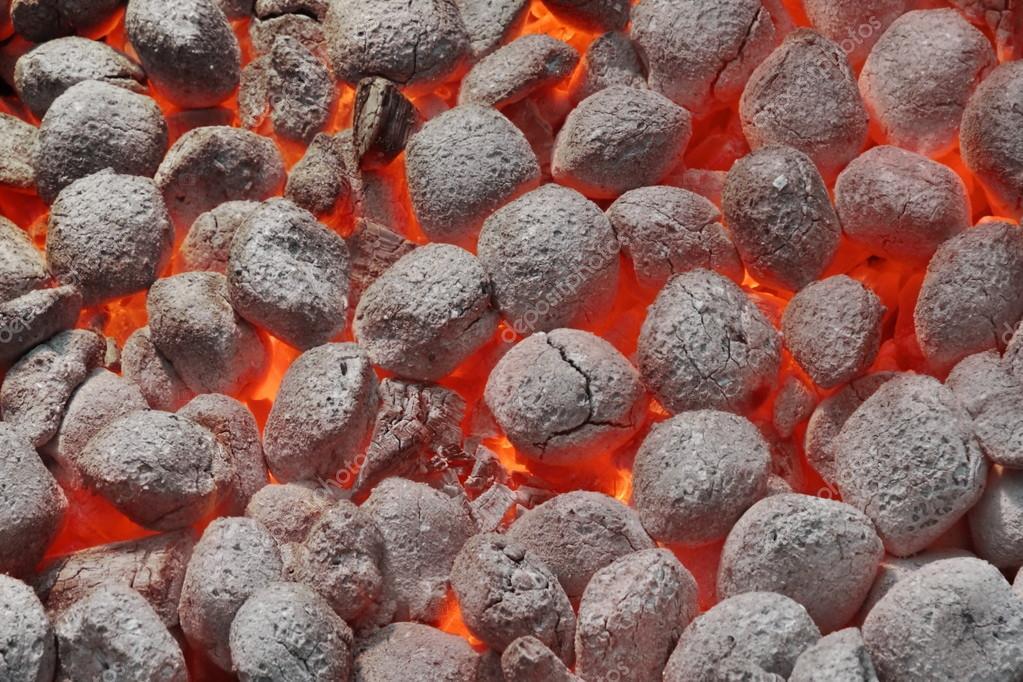 Fosse de barbecue avec les briquettes de charbon chauds rougeoyants closeup photographie - Briquette de charbon ...