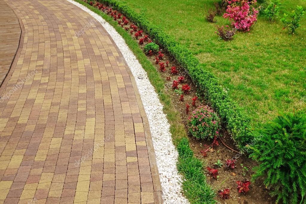 Paesaggio moderno giardino ornamentale con colofulr piastrelle