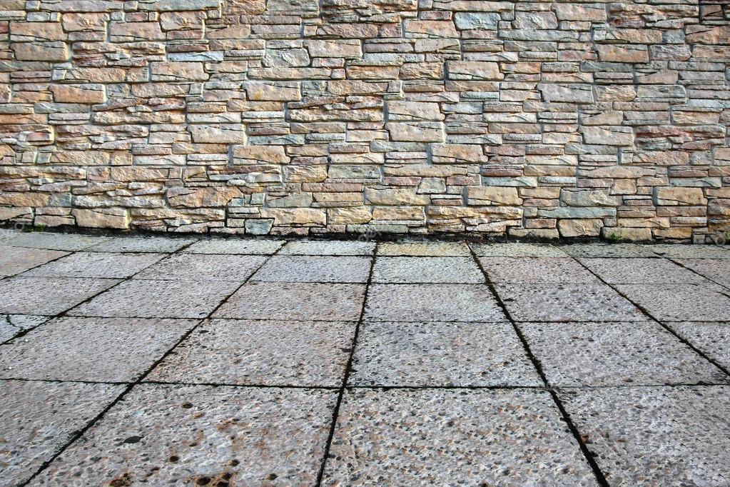 casa exterior con pared de piedra y piso de u imagen de archivo