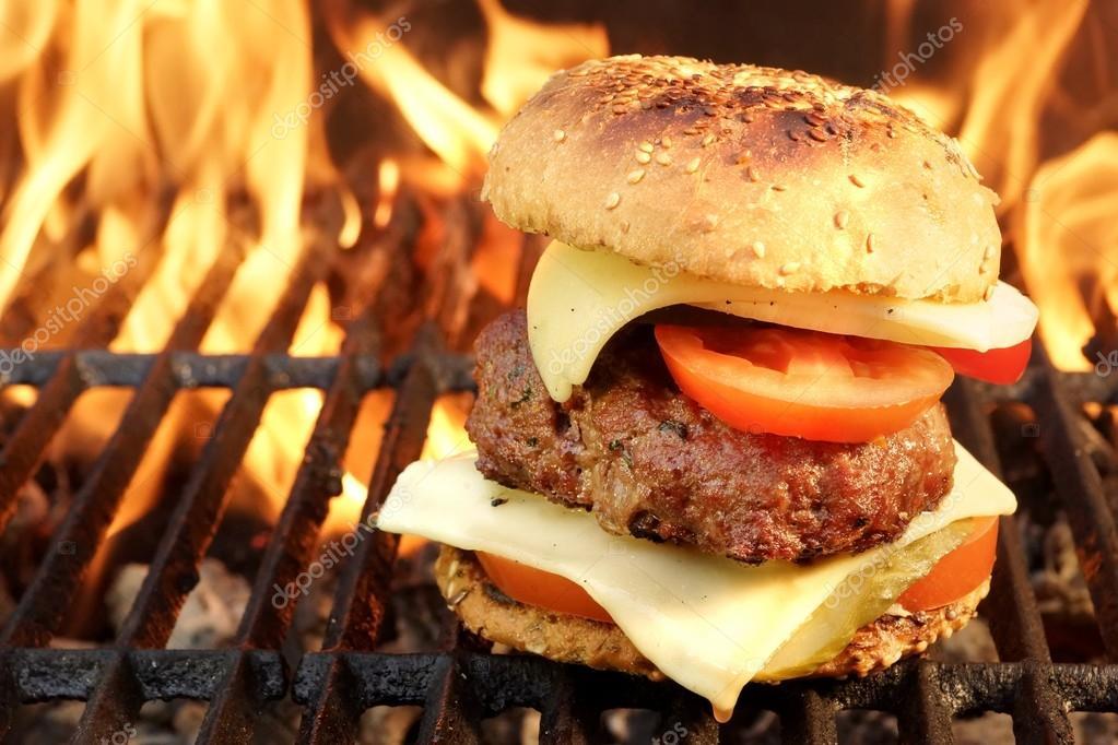 Hamburguesa casera de barbacoa de carne sobre la parrilla - Parrilla de la vanguardia ...