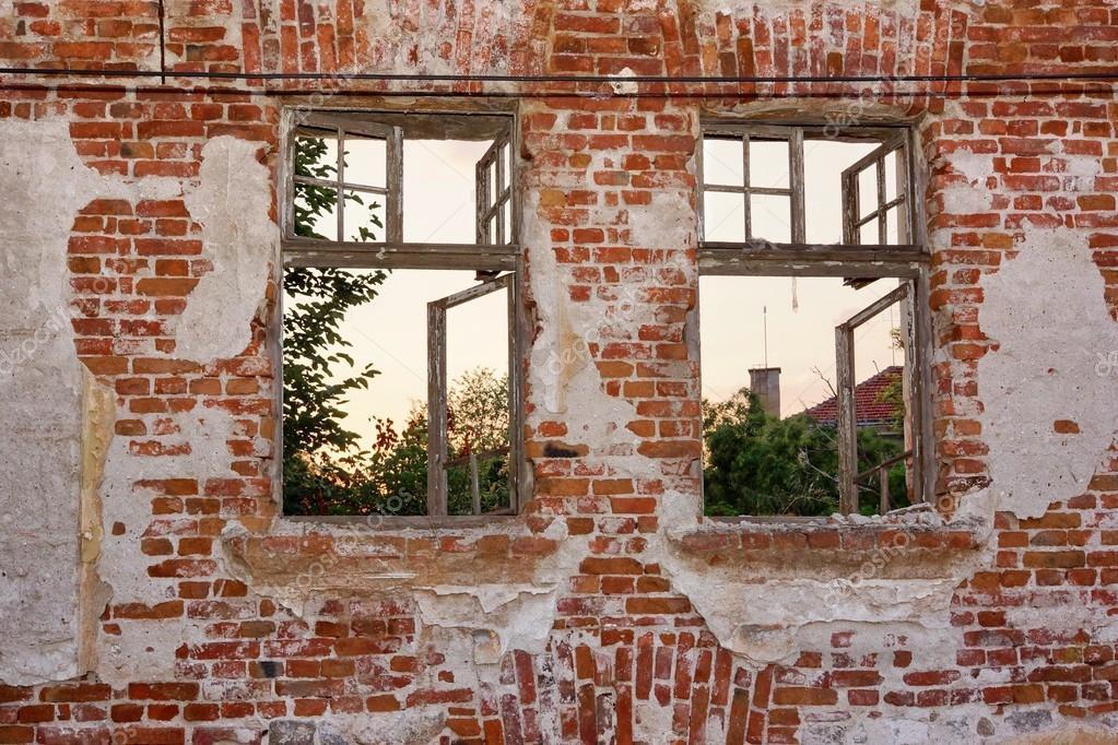 Viejo pelado solo muro con marco de dos ventanas rotas — Foto de ...