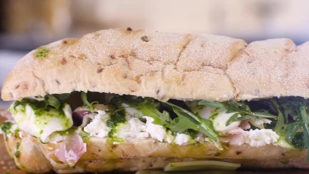 Nagy szendvics sajtos uborkás sonkával és salátával. ételkészítés az otthoni konyhában. főzés Reggeli vagy ebéd az étteremben. Gyorsétterem közelkép. Az egészséges élelmiszer fogalma