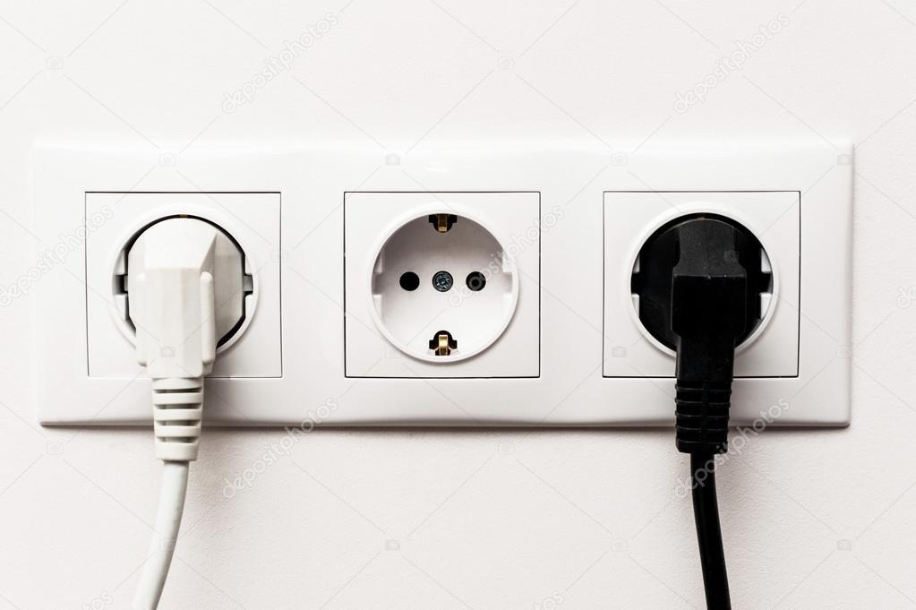 3-fach Steckdose mit zwei Kabel angeschlossen — Stockfoto © sam73nz ...