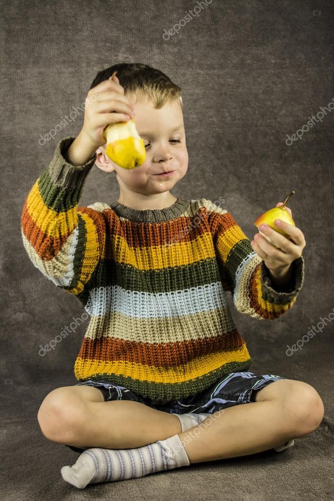 Девочка ест банан — Стоковое фото © oksun70 #40965363