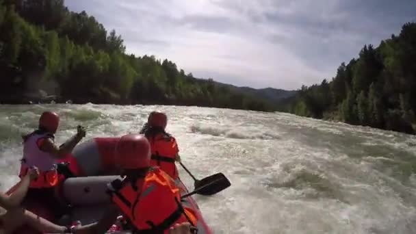 Gruppe von sechs Personen Wildwasser-rafting