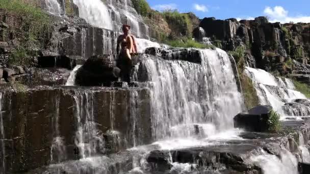 sexy Mädchen mit Bikini Duschen in Wasserfall