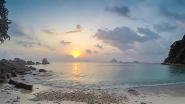 pěkný západ slunce na tropickém ostrově