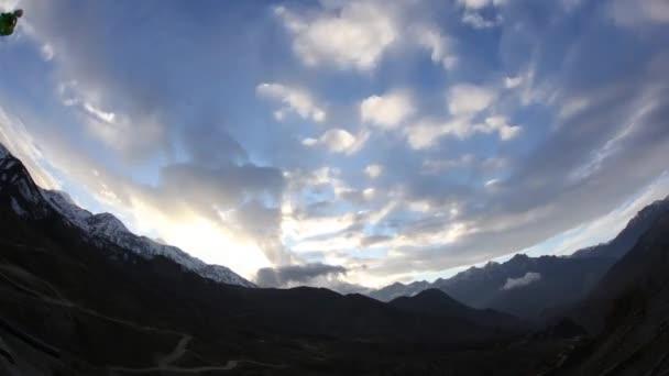 Alpská krajina s vrcholky sněhem
