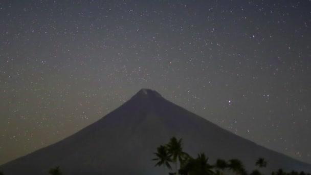 Csillag pályák indulnak. Volkano Mayon. Fülöp-szigetek