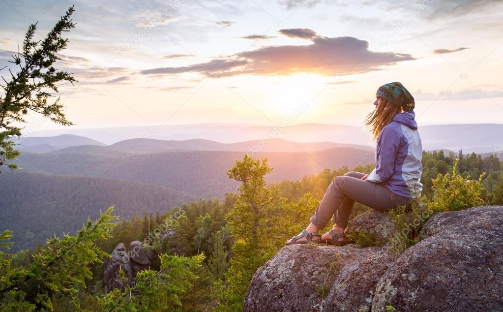Resultado de imagem para homem, mulher, observando o horizonte