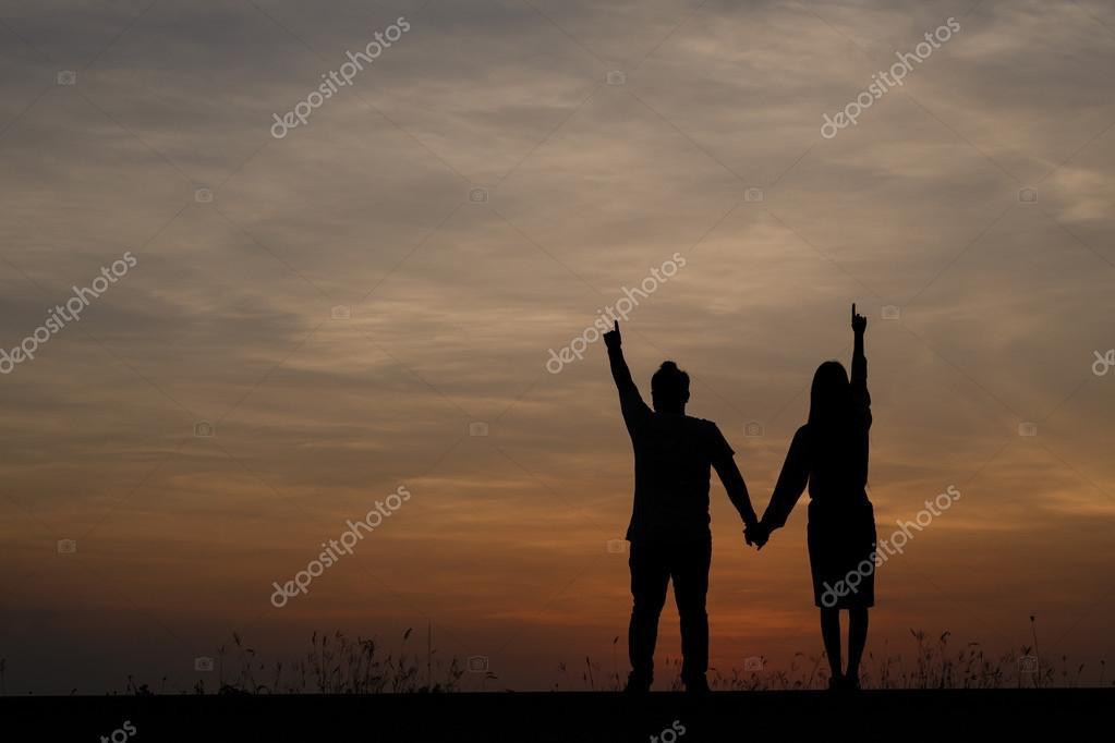 Silueta De Hombre Y Mujer Con Hermoso Cielo Al Atardecer