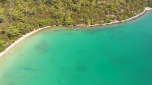 Vzdušný letoun pohled na pobřeží obklopen zelenou přírodou a Egejské moře vody v tajném zálivu v Akbuk, Didim, Turecko