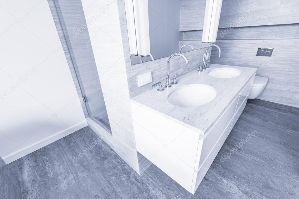 Intérieur de la salle de bain dans la nouvelle maison de ...