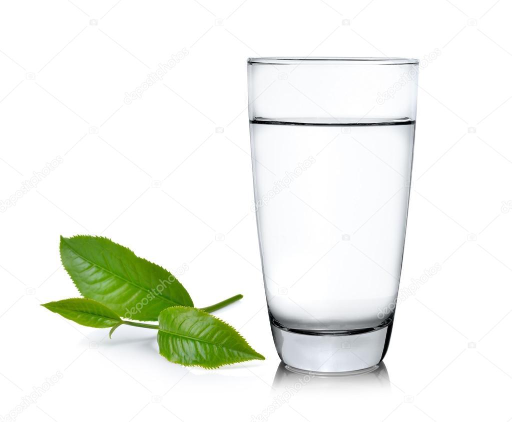 Vaso De Agua Y Té Hojas Ilsolated Sobre Fondo Blanco
