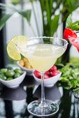 Fotografie eine Mischung der zwei helle erfrischende Cocktails: Kalk, Daiquiri und Erdbeer Daiquiri auf einem Tisch in einem Restaurant mit kreativen Dekoration Salz auf den Rand des Glases mit frischer Minze und Limetten Scheiben