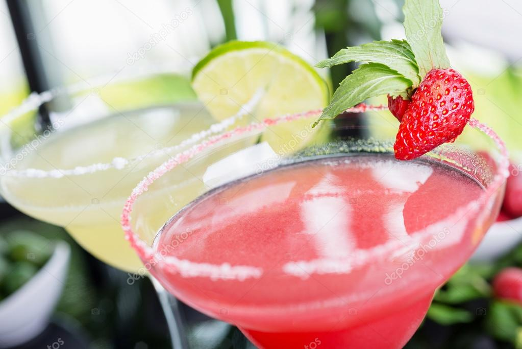 Eine Mischung Der Zwei Helle Erfrischende Cocktails: Kalk, Daiquiri Und  Erdbeer Daiquiri Auf Einem Tisch In Einem Restaurant Mit Kreativen  Dekoration Salz ...