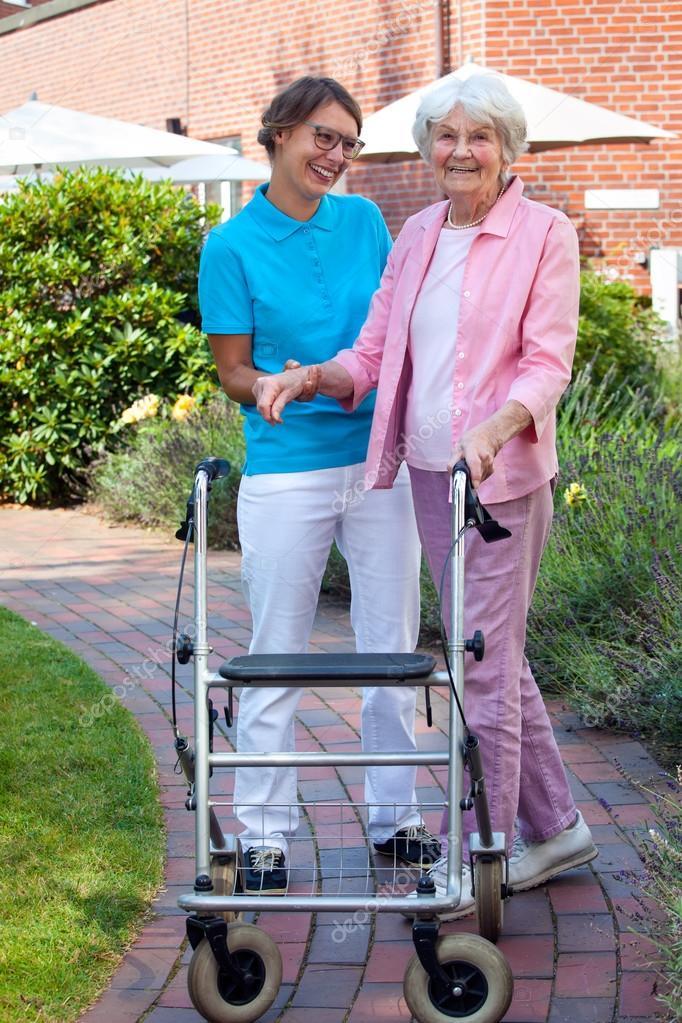 Pflege Assistentin helfen ältere Dame — Stockfoto © belahoche #65102327