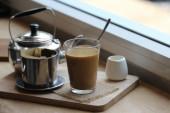 a kávé csöpög vietnámi stílust a fából készült asztal