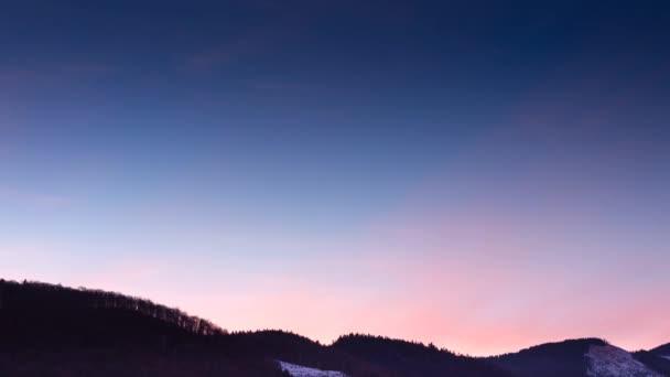 hvězdy přesunutím noční obloze nad horský hřeben