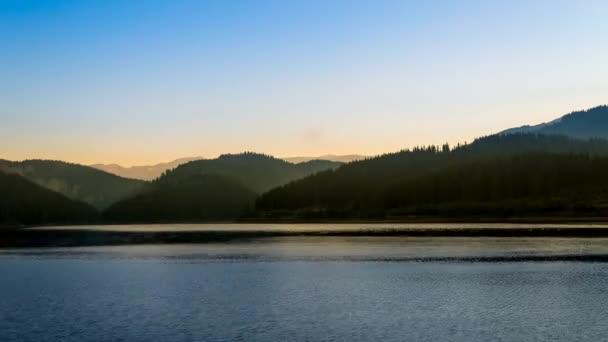 Krásné letní slunce nad jezerem v horách
