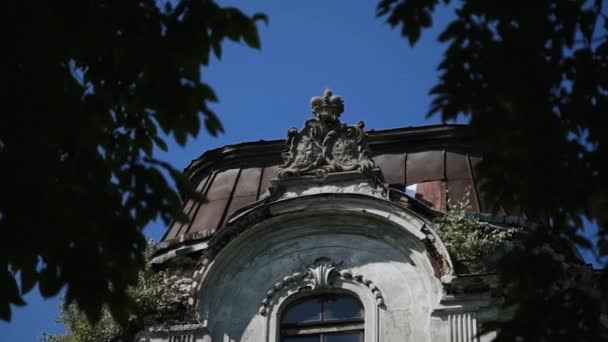 Dach des alten verlassenen Herrenhauses mit Stuck und Wappen verziert