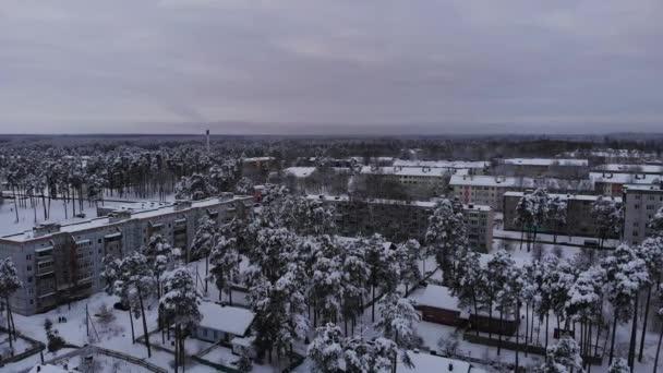 Luftaufnahme der sowjetischen Stadt mit Flachbau-Altbauten am Wintertag