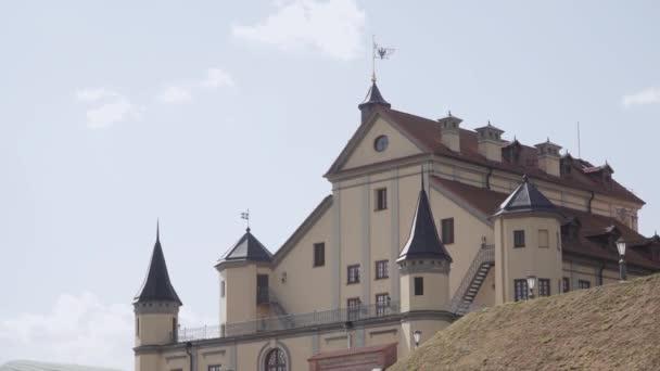 Felújított régi építészeti palota tornyokkal napsütéses időben