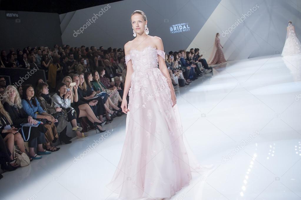 9e813897108a Εβδομάδα μόδας στα νυφικά Βαρκελώνη - Naeem Khan – Εκδοτική Εικόνα ...