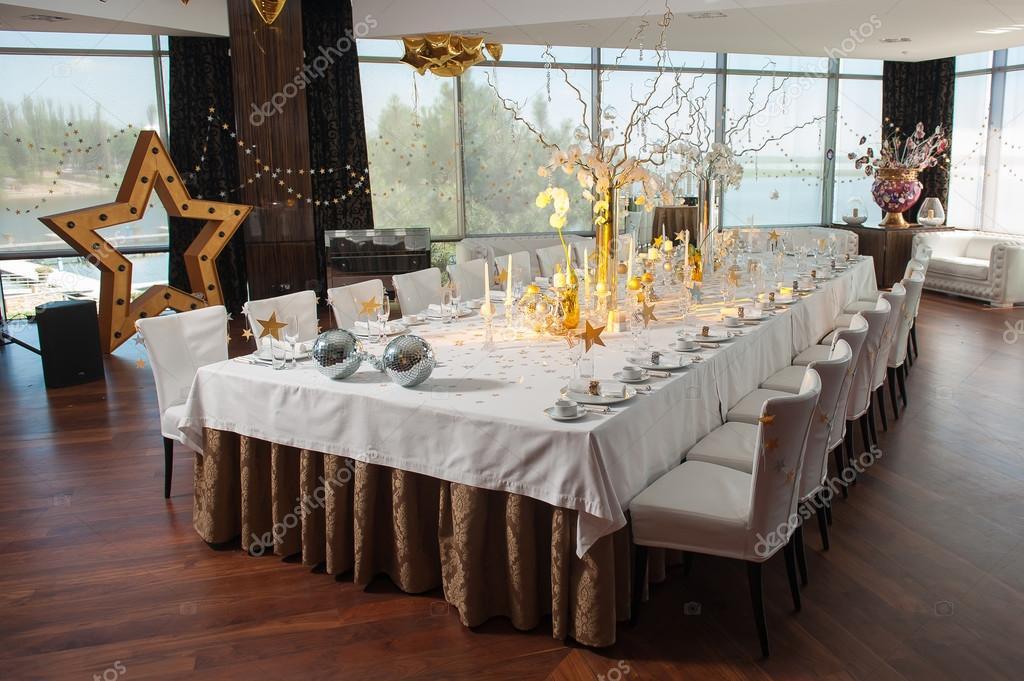 Restaurant gastronomique de grand banquet table avec - Decoration table restaurant gastronomique ...
