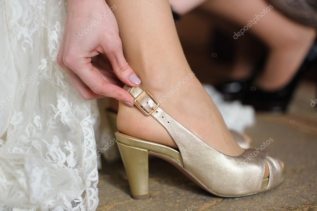 novia se pone en zapatos blanco para boda — fotos de stock © 160275