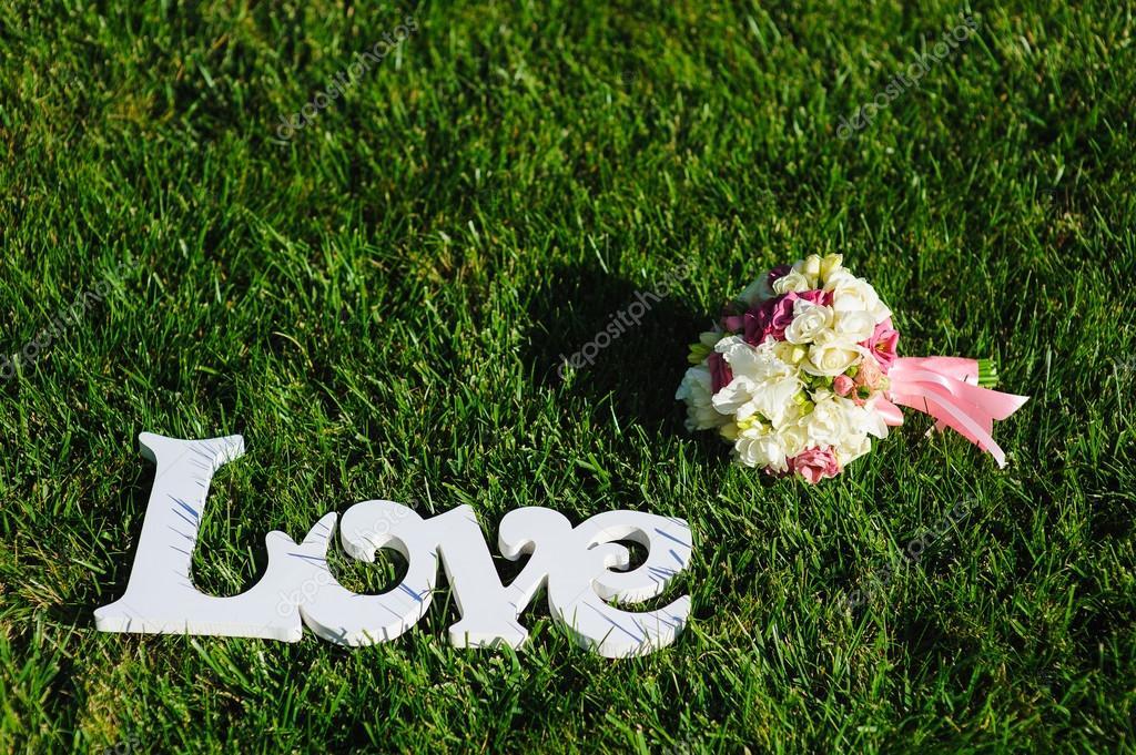 Zeichen Der Liebe Und Hochzeitsstrauss Auf Einem Grunen Rasenstuck