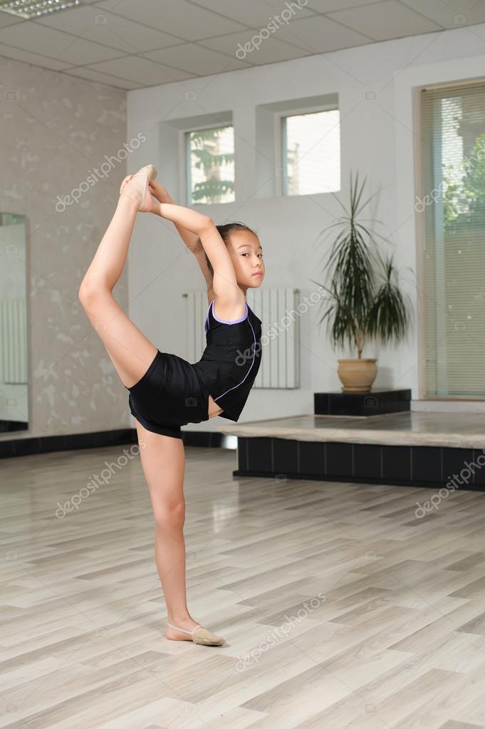 Гимнастка задрала ногу — pic 13
