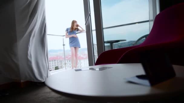 Dívka na balkóně hotelů