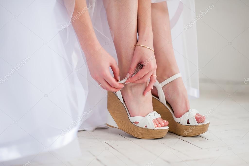 la novia pone zapatos blancos para novia — foto de stock © 160275