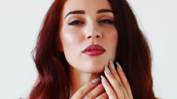 Vörös hajú szép nő úgy néz ki, a kamera