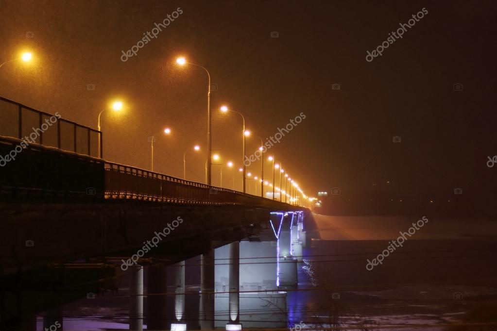 Ponte con illuminazione e lanterne durante precipitazioni nevose