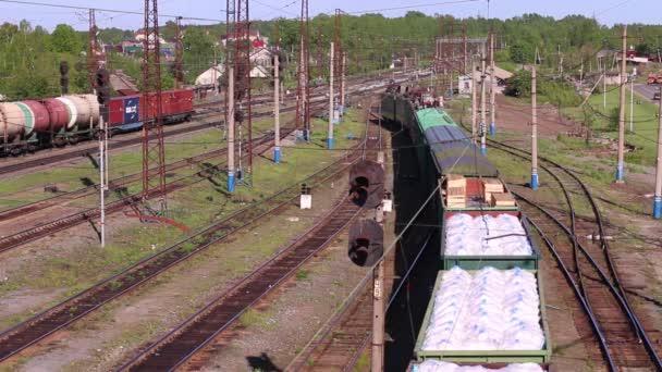 Pohled shora na nákladní vlak s vozy, které jsou naplněné pytle bílé letní den