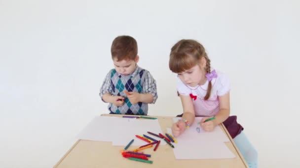 Portre Studio Boya Kalemi Ile Kağıt Yaprak üzerinde Küçük Kız Ve