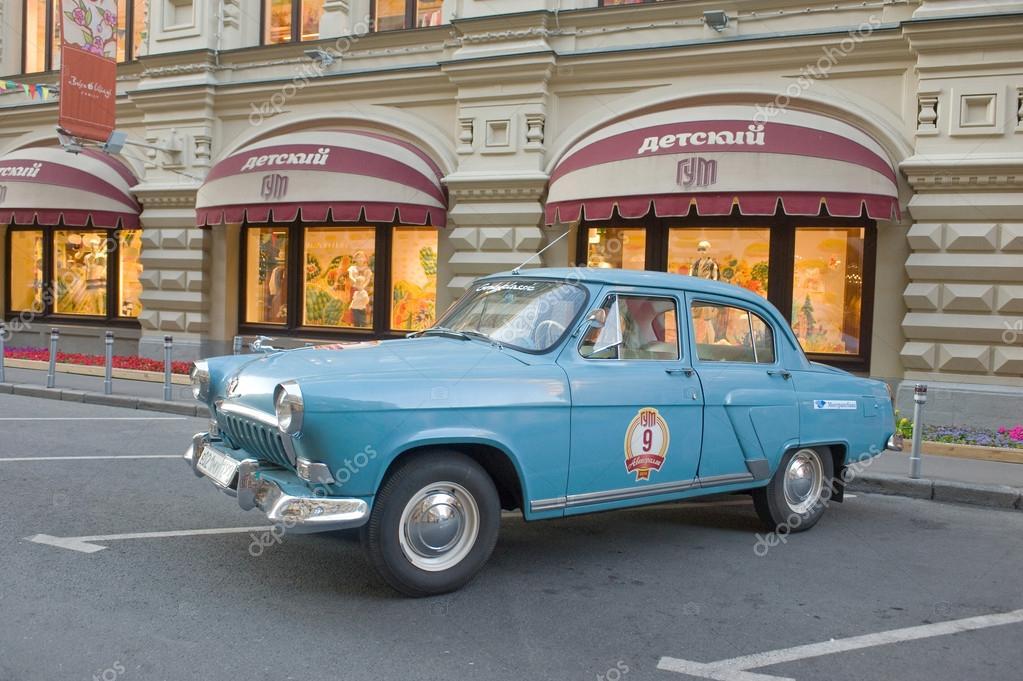 sovi tique vieille voiture bleue volga gaz 21 rallye r tro gorkyclassic dans le parking. Black Bedroom Furniture Sets. Home Design Ideas