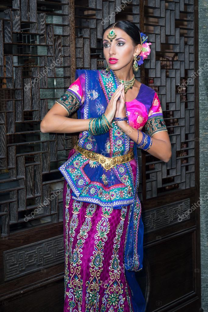 2617d804df70 Krásná žena Indie krásy tradiční šaty — Stock Fotografie © Elf+11 ...