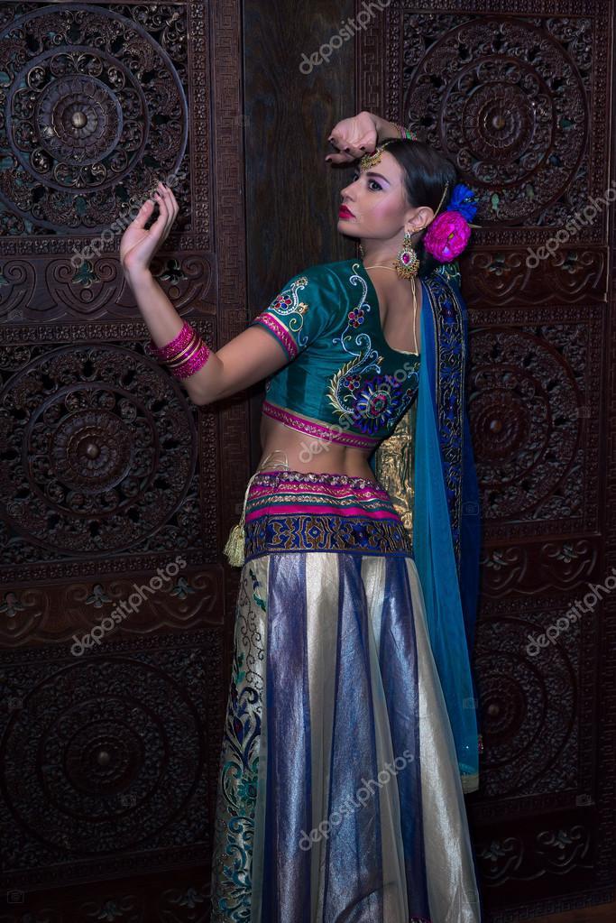 Piękna Młoda Kobieta Indyjska W Tradycyjne Stroje Z ślubny Makijaż I