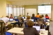 Fotografie Menschen sitzen hinten auf der Computer-Training-Klasse