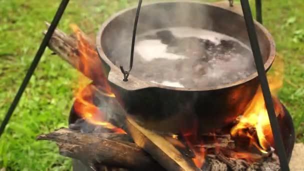 Leves, tábortűz a fém serpenyőben főzés