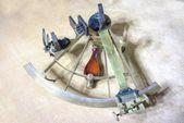 Ősi Gps navigator. Navigációs eszköz. Antik sárgaréz polirozott sextant semleges háttér felett