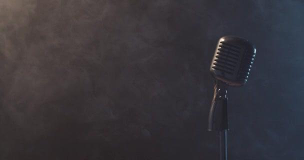 Klasszikus csillogó mikrofon füsthatással