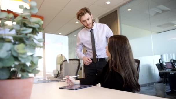 Zaměstnanci kanceláře, kteří mají schůzku