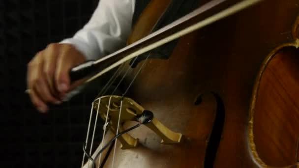 Cellist auf dem Cello. Detailaufnahme auf Musikinstrument.