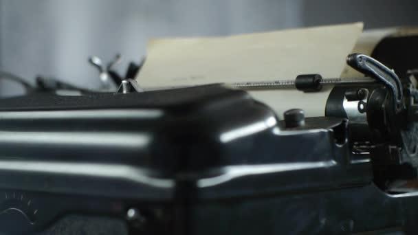 Psaní starého psacího stroje-psací stroj pro spisovatele a redaktory-záběr kamery na blízkou kameru