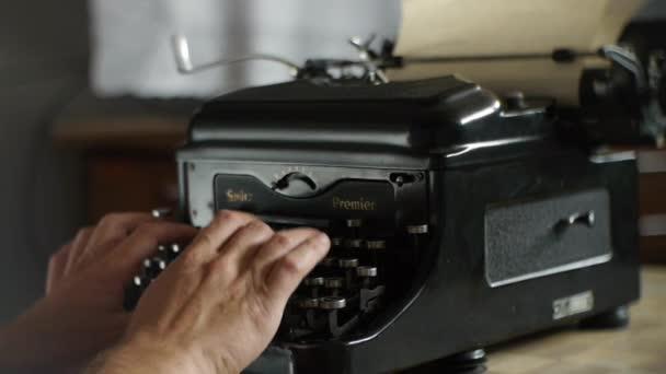 Ruční tisk na starý psací stroj - Vintage psací stroj pro autory a editory